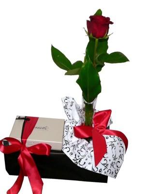 Single-Rose-&-Bennetts-Chocolates-900